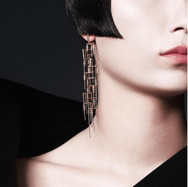 קלילות חוטי הזהב יחד עם מראה המשי הארוג ושיבוץ יהלומים, הופך את עגילי 'סילק' ליצירת אומנות ייחודית בתלת מימד.