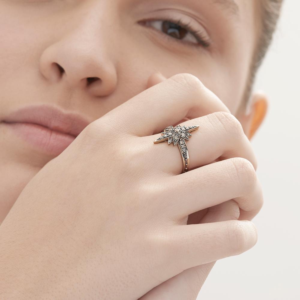 טבעת STARS קטנה בזהב אצילי ויהלומים בצבע קוניאק