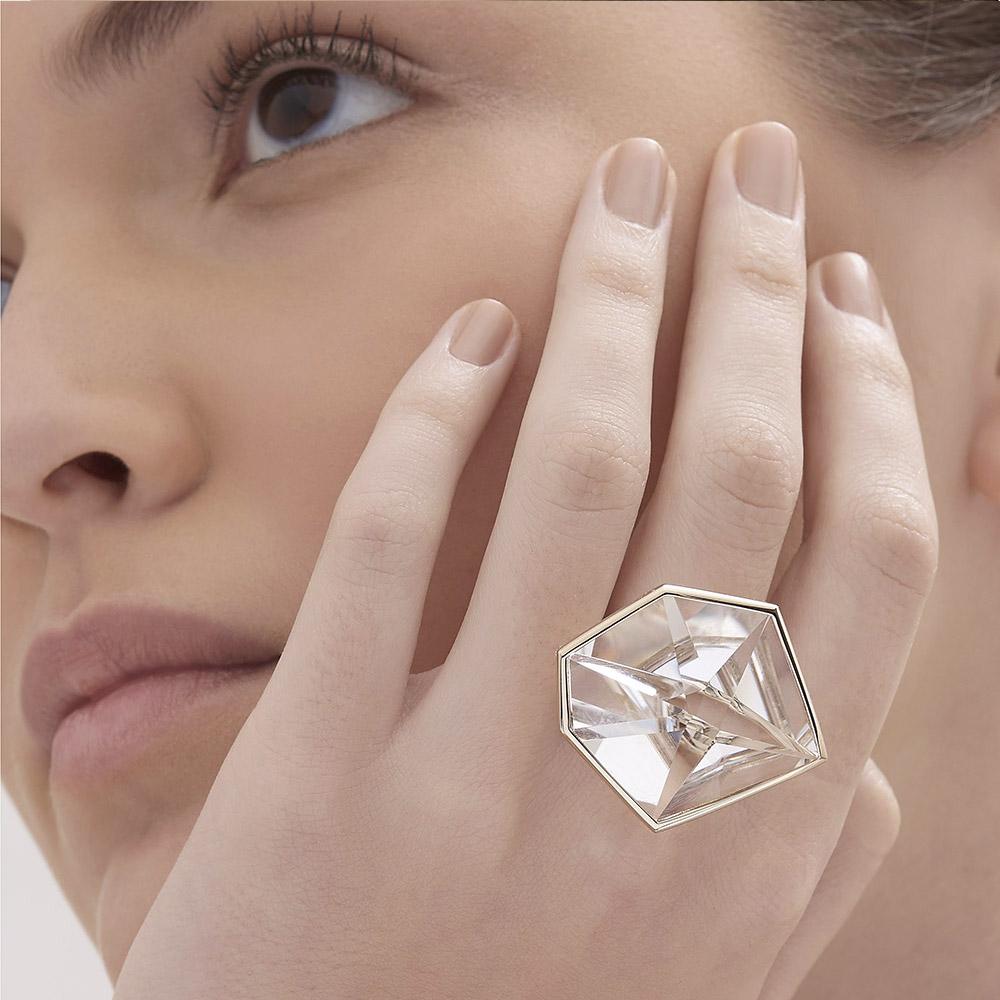 טבעת GRUPO CORPO בזהב אצילי וקריסטל