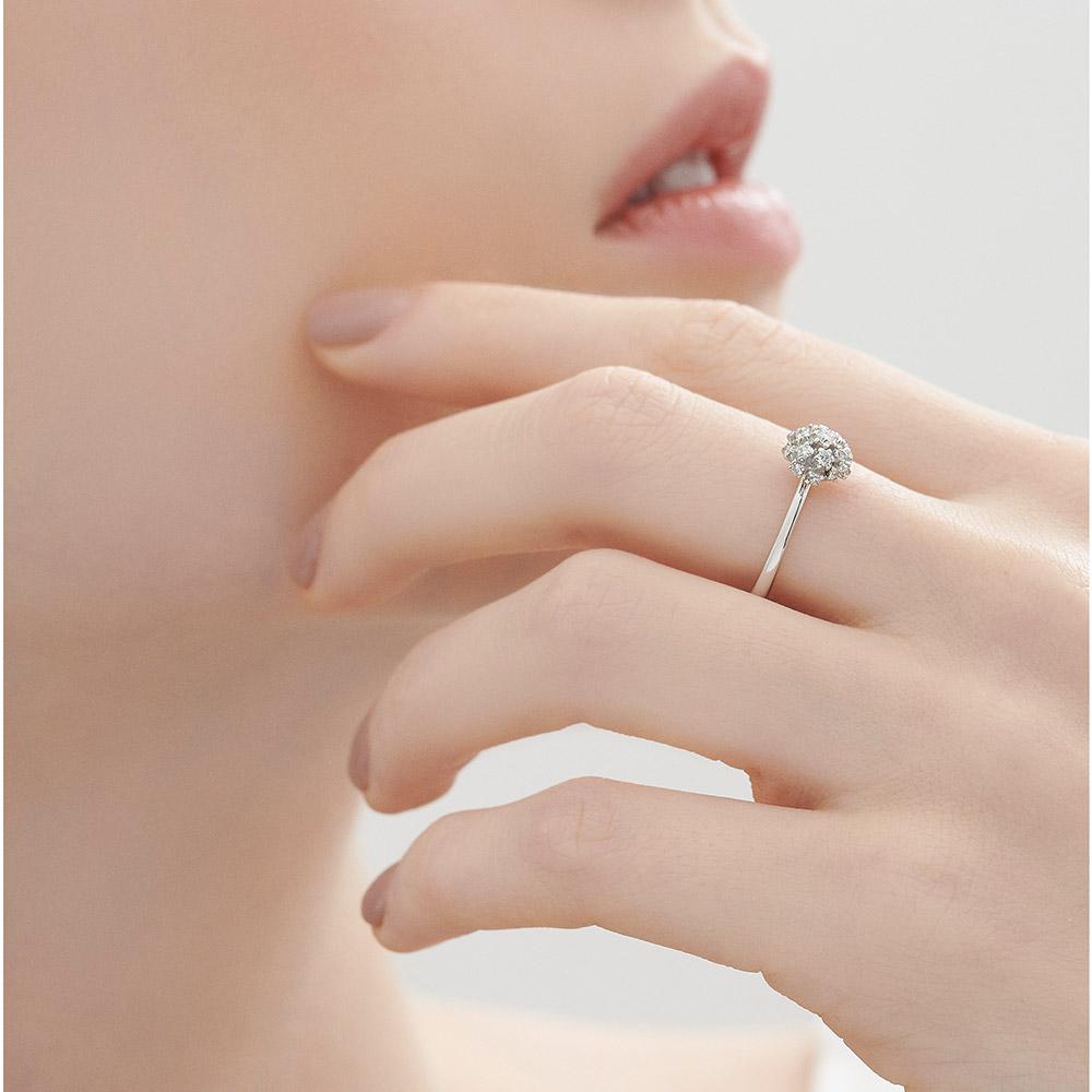 טבעת DIAMOND BOUQUET קטנה בזהב לבן ויהלומים