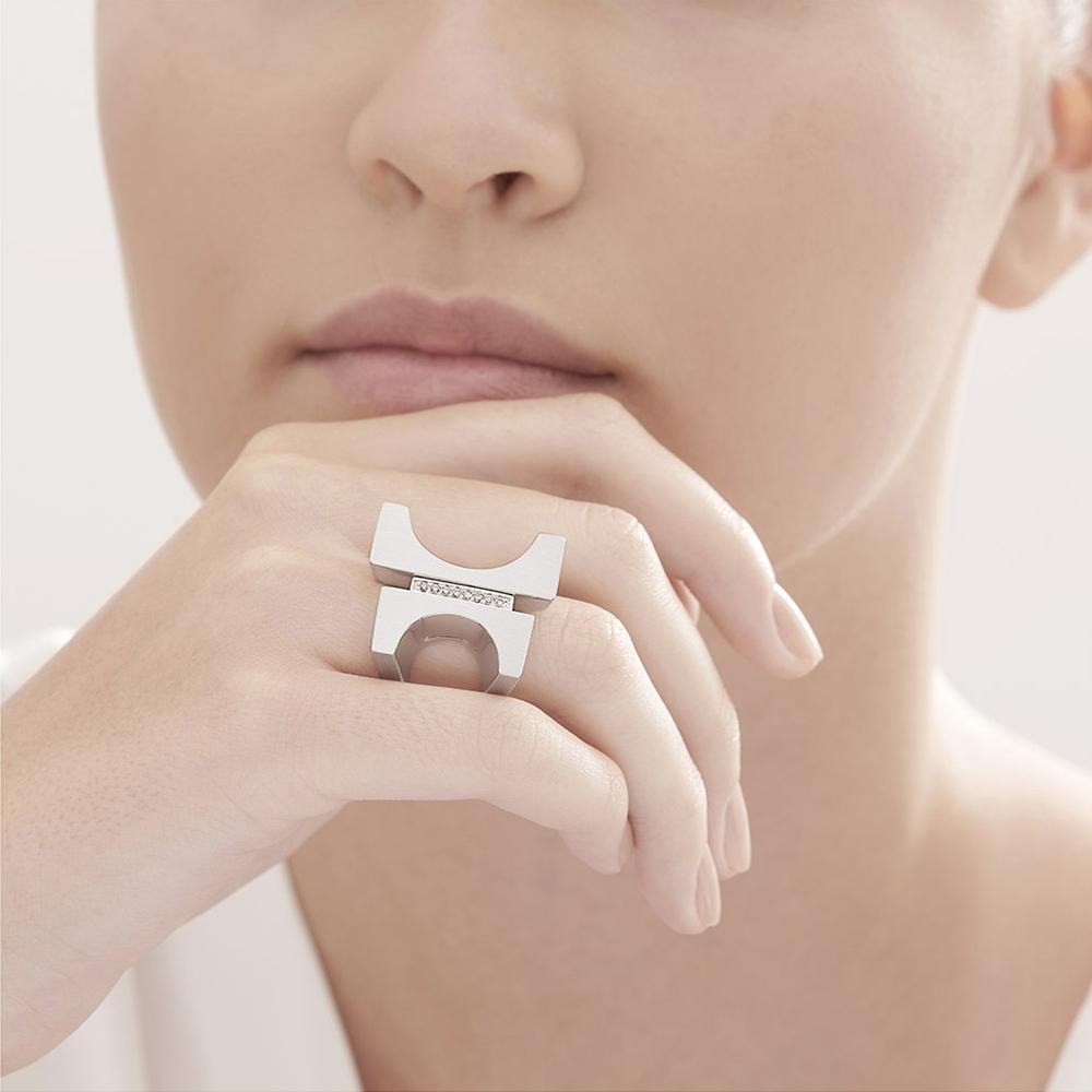 טבעת BURLE MARX א-סימטרית בכסף ויהלומים