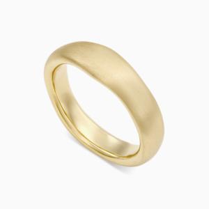 טבעת נישואין א-סימטרית רחבה בזהב צהוב