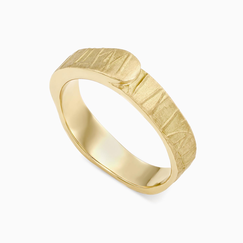טבעת נישואין בעיטור קווים א-סימטריים בזהב צהוב