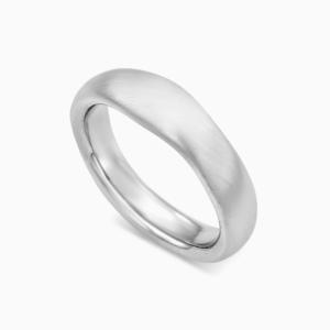 טבעת נישואין א-סימטרית רחבה בזהב לבן