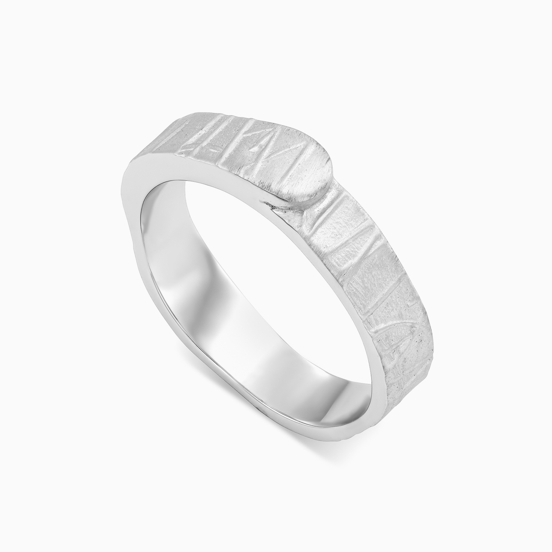 טבעת נישואין בעיטור קווים א-סימטריים בזהב לבן